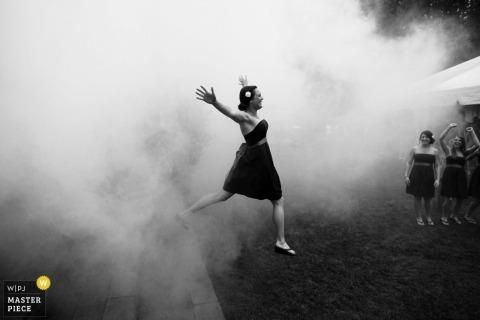 Seattle Washington huwelijksfotografie | bruidsmeisjes mist rook tent receptie partij zwart wit
