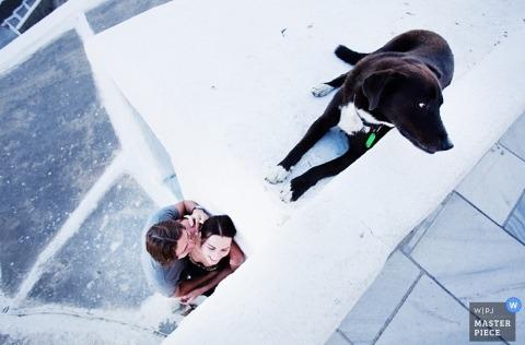 Fotografia śląska   Obraz zawiera: portret para całuje psa nad głową
