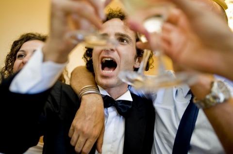 Trouwfotograaf in Italia Barbara Di Cretico nam dit beeld van een bruidegom roosteren op de bruiloft receptie.