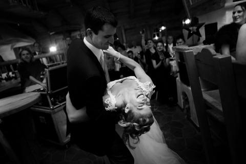 Sposa e sposo che ballano dal fotografo di matrimoni David Pullum del Regno Unito