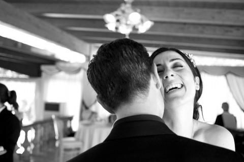 Barbara Di Cretico, fotografo di matrimoni con destinazione italiana, ha scattato questa immagine della sposa e dello sposo ballando e ridendo
