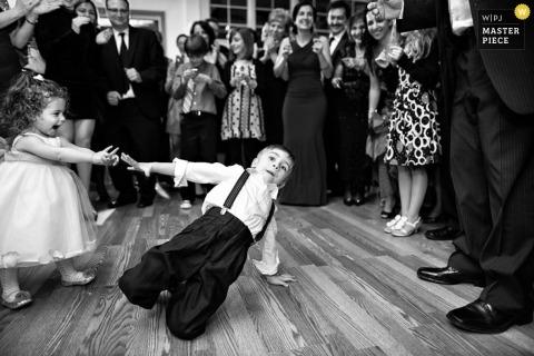Brooklyn Trouwfotograaf | Afbeelding bevat: jongen meisje kinderen verkleed dansen bruiloft receptie