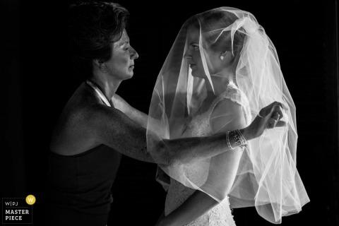 San Diego Documentaire Huwelijksfotograaf   Afbeelding bevat: bruid sluier zwart wit moeder helpt zich klaar te maken