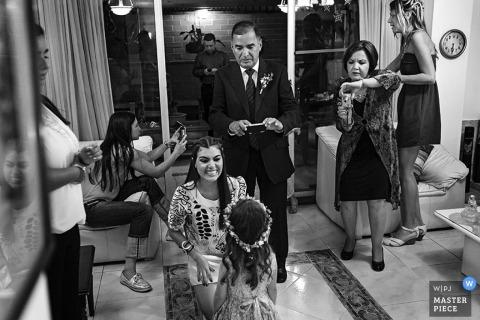 Schottland Hochzeitsfotojournalist | Edinburgh-Bild des Blumenmädchens, das etwas Aufmerksamkeit vor ihrem großen Debüt erhält
