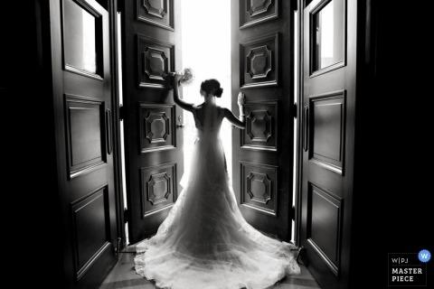 诺克斯维尔婚礼摄影师-新娘站在抱着她的花束的大开门前的TN照片