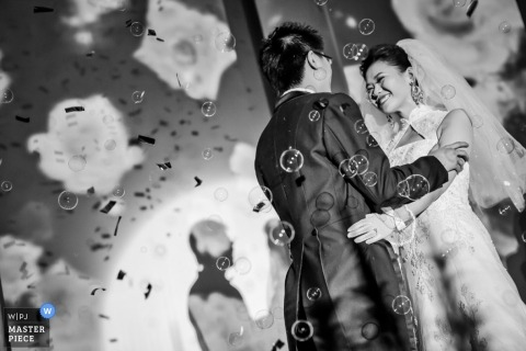 Tianjin wedding photographer captured this black and white photo of the bride and groom embracing in a shower of bubbles