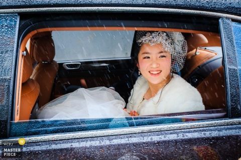 Hangzhou City wedding photography of a bride looking out the car window into the rain