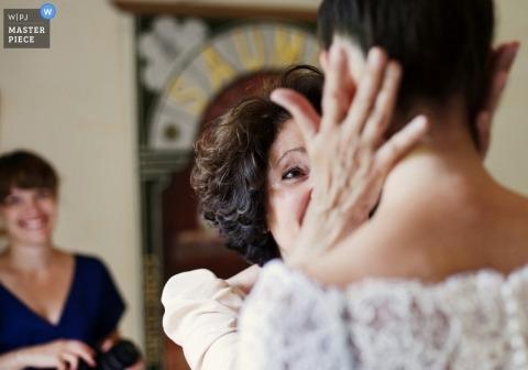 Photographie de mariage à Paris   photo de la mère de la mariée qui l'embrasse avant de marcher dans l'allée