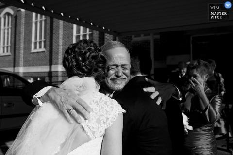 Un photographe de mariage a capturé cette photo émotionnelle en noir et blanc de la mariée embrassant son père avant la cérémonie