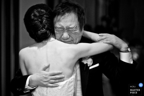 Huwelijksfotografie in Chicago - Zwart-witfoto van de bruid die haar vader omhelst vóór de ceremonie