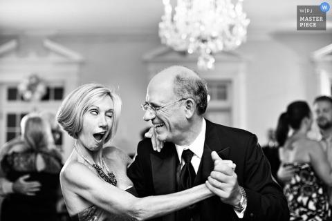 Le photographe de mariage de Brooklyn a capturé cette photo humoristique des parents de la mariée qui dansent à la réception