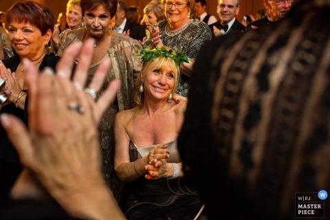 Fotografía de boda en San Diego de una invitada de boda llorando mientras ella usa una corona de follaje