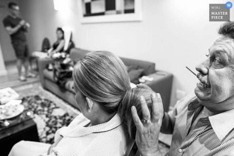 Paraná wedding photographer captured this black and white photo of the bride getting the finishing touches applied to her hair before the ceremony