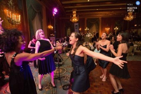 Photographes de mariage à Chicago - Photo dans l'Illinois d'une demoiselle d'honneur enthousiaste prononçant un discours lors de la réception de mariage