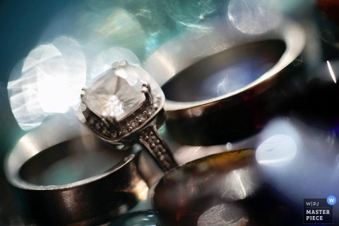 Mielec wedding photographer captured this detail shot of the wedding rings while focusing on the beautiful diamond