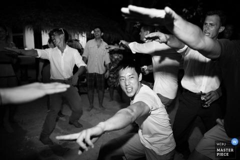 Documentaire Trouwfotografie in Bangkok | Afbeelding bevat: bruiloftsgasten, zwart, wit, dans, armen