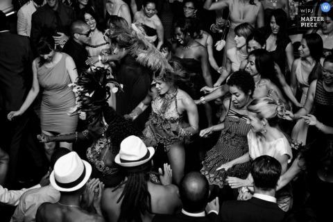 Photographie de mariage à Montréal | L'image contient: réception, noir, blanc, invités au mariage, danse