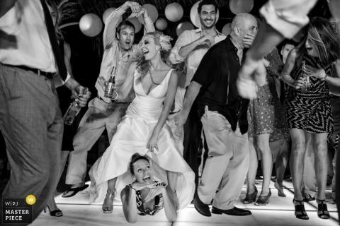 Hochzeitsfotograf in Houston | Bild enthält: Empfang, Braut, Bräutigam, Flaschen, schwarz, weiß, tanzen