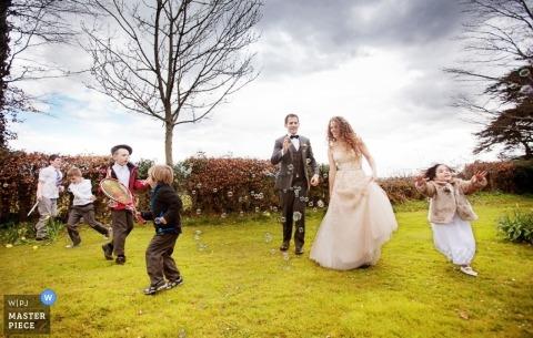 Overijssel Fotógrafo de bodas | La imagen contiene: al aire libre, color, niños, hierba, novia, novio