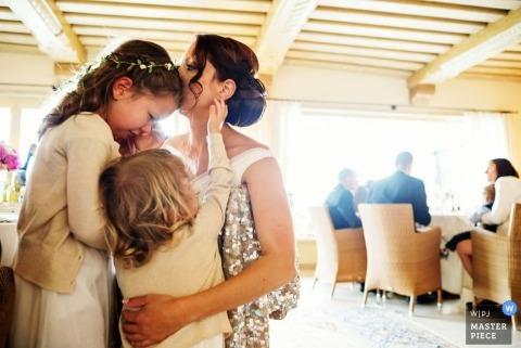Photographe de mariage à Ljubljana | L'image contient: mariée, fille en fleur, pleurer, intérieur, réception, couleur