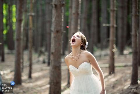 Trouwfoto uit Brooklyn | Afbeelding bevat: bos, bruid, bes, kleur, jurk