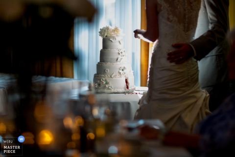 Photographie de mariage en Nouvelle-Écosse | L'image contient: gâteau, mariée, marié, couleur, à l'intérieur
