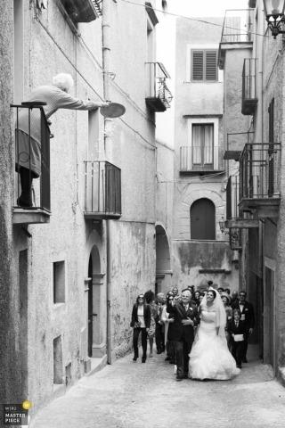 Cosenza Trouwfotograaf | Afbeelding bevat: stad, steeg, buitenshuis, vader, bruid, zwart, wit
