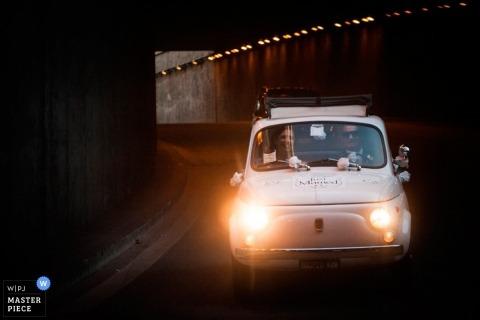Fotografía de boda de Roma | La imagen contiene: automóvil, carretera, túnel, pareja, color
