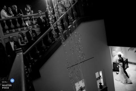 Houston Hochzeitsfotografie | Bild enthält: Braut, Hochzeitsgäste, schwarz, weiß, drinnen, Treppe
