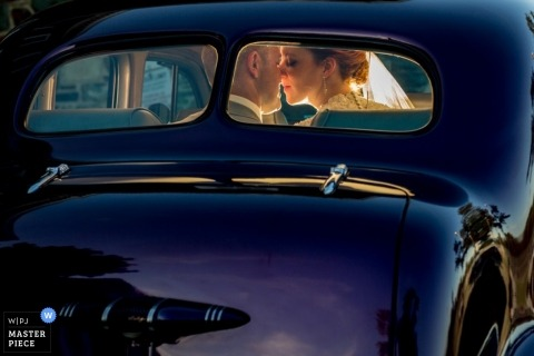 Photographie de mariage documentaire en Nouvelle-Écosse | L'image contient: voiture, couple, bleu, reflet, couleur