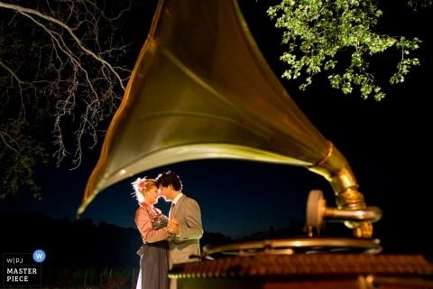 Wedding Photographer in Zuid Holland | Image contains: bride, groom, gramophone, record player, dance, reception