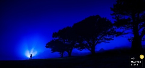 Guernsey Hochzeitsfotografie | Bild enthält: Porträt, Bäume, blau, Licht, Bräutigam, Braut, Sonnenuntergang