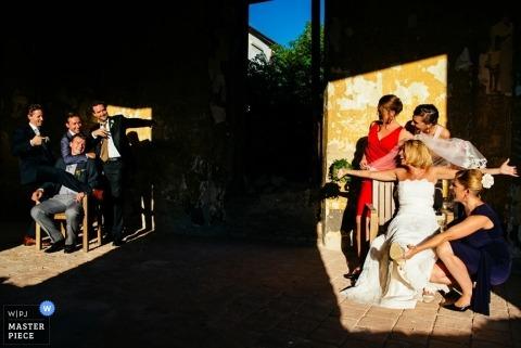 Photographie de mariage à Ljubljana | L'image contient: marié, garçons d'honneur, mariée, demoiselles d'honneur, portrait