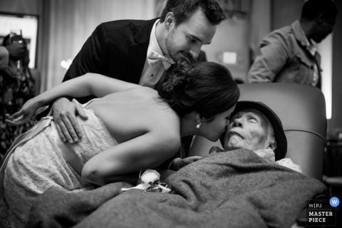 Hochzeitsfotografie in Houston | Bild enthält: Schwarzweiss, Krankenhaus, ältere Frau, Kuss