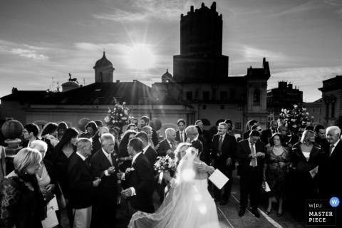 Rome Trouwfotograaf | Afbeelding bevat: gebouwen, buitenshuis, bruid, sluier, zwart, wit, bruiloftsgasten