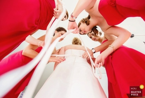 Aargau Wedding Photography | Image contains: bride, getting ready, bridesmaids, red dresses, lace-up