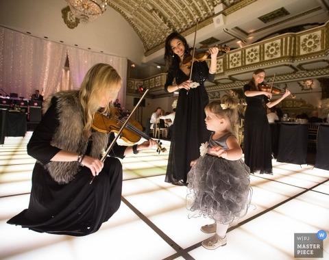 Photographe de mariage de Chicago | L'image contient: réception, fille, musiciens, violons