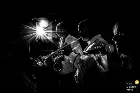 Guernsey Hochzeitsfotografie | Bild enthält: Empfang, Schwarz, Weiß, Musiker, Sänger