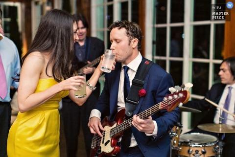 Documentaire trouwfoto in Brooklyn | Afbeelding bevat: gitaar, muzikant, band, drankje