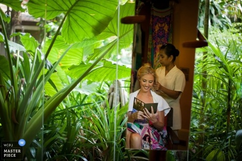 Documentaire trouwfoto in Bangkok | Afbeelding bevat: zich klaarmaken, haar, kaart, lezen, planten, jungle