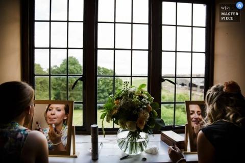 英格蘭紀錄片婚禮攝影師  圖片包含:新娘,伴娘,鏡子,製作,向上,窗口,獲取,準備