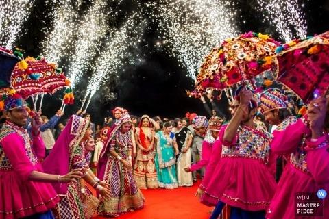 Montpellier Artistieke Huwelijksfotograaf | Afbeelding bevat: bruiloftsreceptie, bruiloftsgasten, tradities, confetti, paraplu's