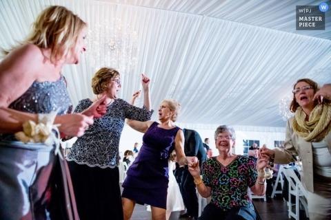 Photojournalisme de mariage à Chicago | L'image contient: invités, tente, danse, réception, heureux, femmes