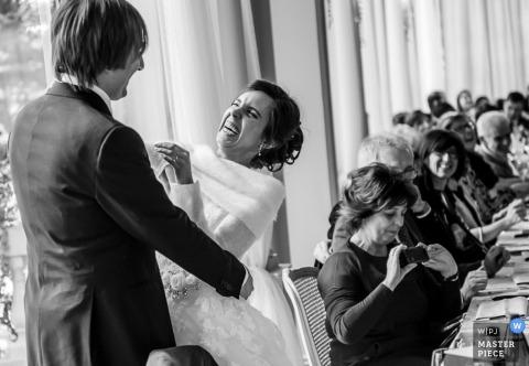 Lecco Documentaire Huwelijksfotograaf | Afbeelding bevat: zwart en wit, bruid en bruidegom, receptie, bruiloftsgasten, omhelzing, banket, tafels