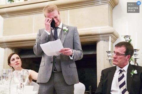 Leicestershire Dokumentarfilm Hochzeitsfotograf | Bild enthält: Toast, Rede, Bräutigam, Vater, Braut, Weinen, Empfang