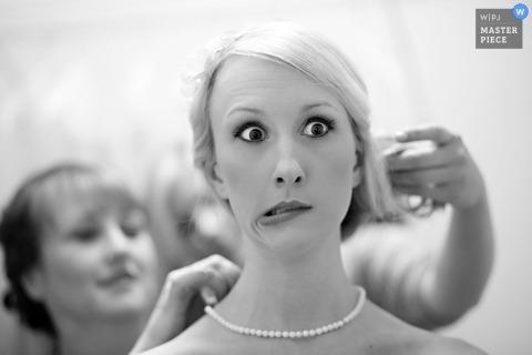 田纳西州诺克斯维尔婚纱摄影  图片包含:黑色,白色,准备,头发,新娘