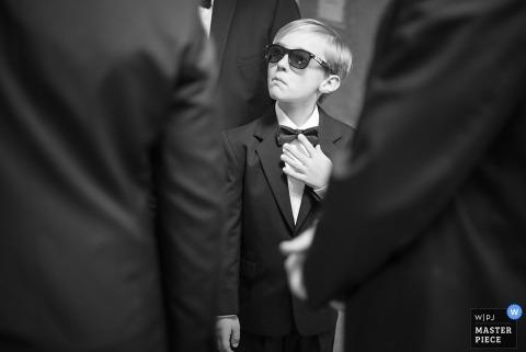 Fotografia ślubna Charlotte w Karolinie Północnej | Obraz zawiera: czarno-biały, portret, drużbowie, dziecko, na okaziciela, okulary przeciwsłoneczne