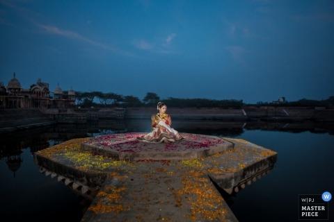 Berkshire Trouwfotografie | Afbeelding bevat: portret, bruid, nacht, water, solo, verlicht, blauw, lucht