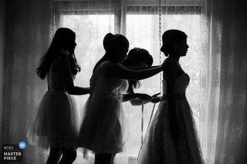 Fotografía de la boda de la ciudad de Hangzhou | La imagen contiene: preparándose, ventana, siluetas, vestido, novias