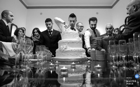 Trouwfotografie in Cosenza | Afbeelding bevat: cake, zwart, wit, bruidegom, bruiloftsgasten